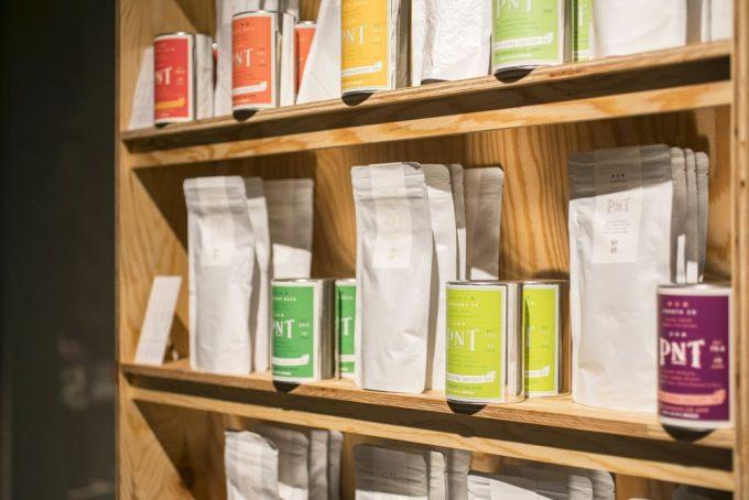 パリ発「パピエ ティグル」併設の日本茶サロンにあるたくさんの銘柄のお茶が棚に並んでいる