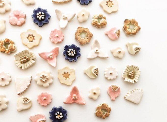 秋冬におすすめの陶器のイヤーアクセサリー、「tocohana ceramics」のお花モチーフのピアス