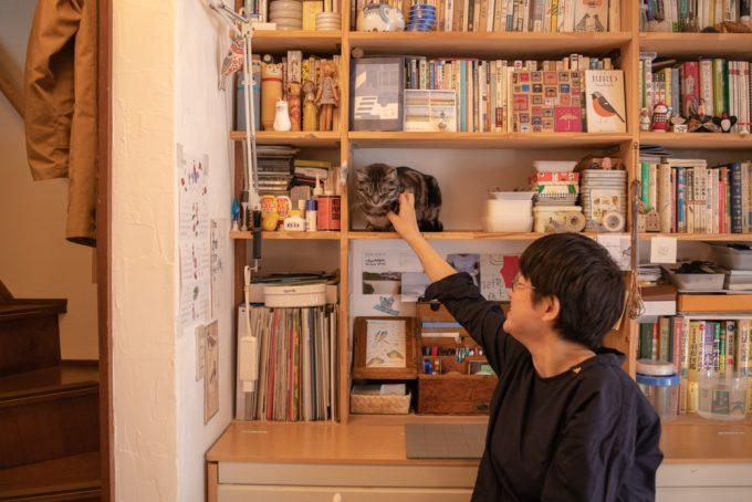 イラストレーター・ユカワアツコさんと飼い猫のハチ