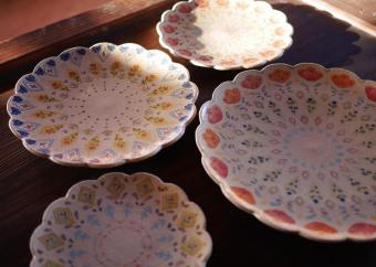 色使いもデザインもやさしげ。ほんわかイラストがテーブルを彩る増山文さんの器
