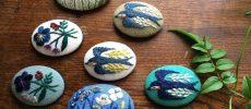 マカベアリスの刺繍ブローチ「花、つばめ」