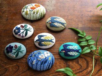 生き生きとした自然が刺繍に。マカベアリスさんが一針一針縫う、美しい草花のブローチ