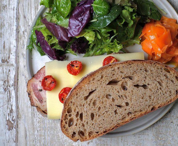 カフェ「sens et sens(サンス・エ・サンス)」のおすすめメニュー「ペッパーハムとグリュイエールチーズのサンド」