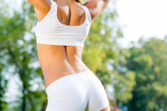 オフィスや家で、座りながらできる。腰痛や反り腰改善に期待ができる「背中のストレッチ」