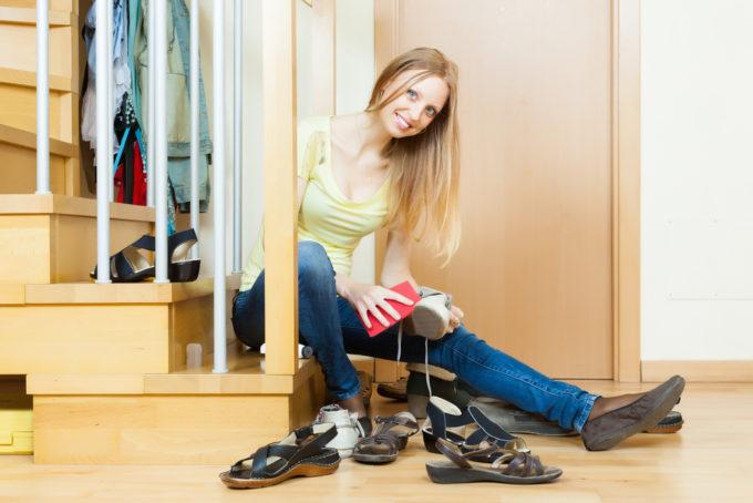 靴磨きなど、靴のお手入れをする女性