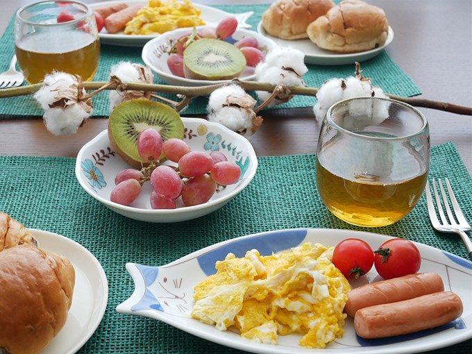食卓で使われるハレクタニの皿