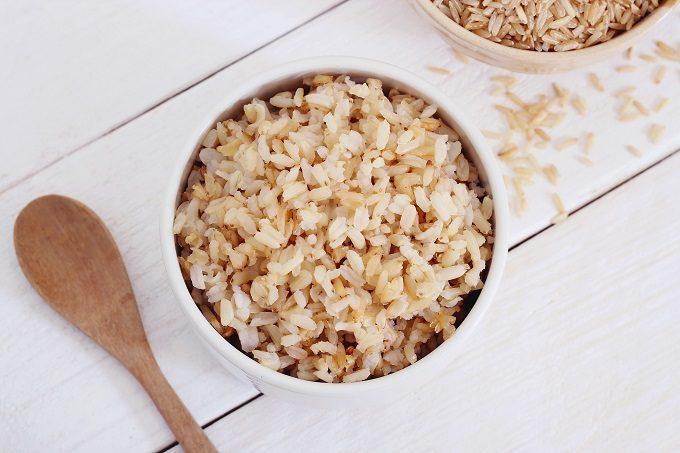 炊いてある玄米と、炊く前の玄米