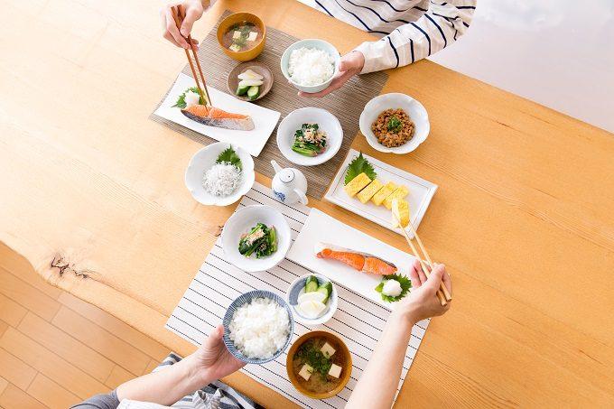 健康的な料理を囲んで食事をしているところ