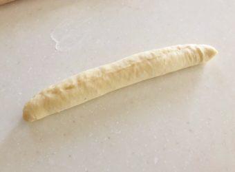「パン・ヴィエノワ」のレシピ、手順④生地を巻いて棒状にし、きれいに成形し終わったところ