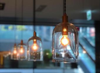 空間にそっと馴染む洗練されたデザイン。お部屋に上品なぬくもりを灯す「ON」のランプ