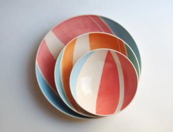 食卓を明るく彩る。「dead tiny pottery」の鮮やかな色とライン使いが目を引く器