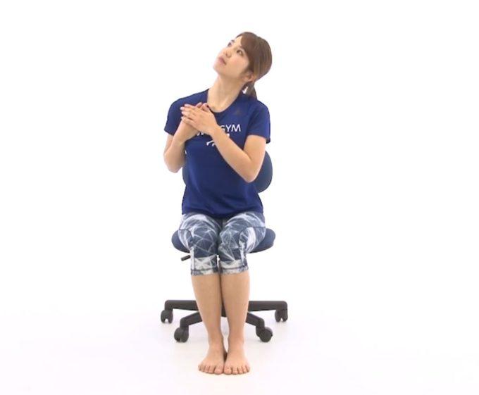 肩凝り解消におすすめ、首のストレッチ手順