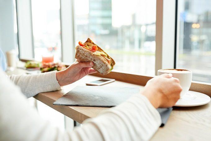 コンビニやカフェでの朝食の選び方