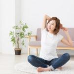 腰痛改善に期待できる。床に座りながら1分でできる、タオルを使った「背中のストレッチ」