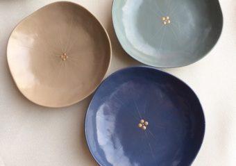漆の落ち着いた色合いと艶に惹かれる。「studio wave」の紫陽花モチーフの豆皿