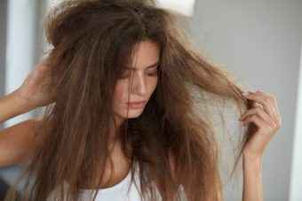 じめじめと湿気が多い梅雨時期のお悩み。「うねり髪」の原因とおすすめ対策法