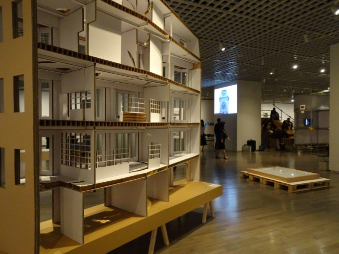 「ゴードン・マッタ=クラーク展」の展示の様子2