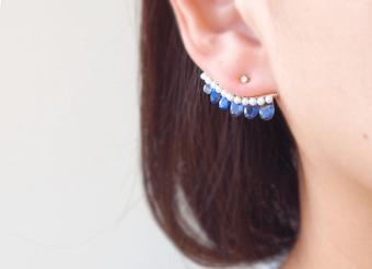 夏の耳元に、連なる天然石の輝きを。ジュエリーブランド「XSORI」の耳に沿うピアス
