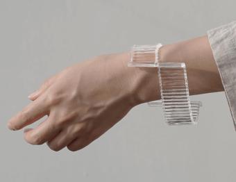 部分的なディテールに注目。夏の手首をシンプルに彩る「bubun」のガラスブレスレット