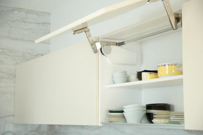 使いやすい工夫がされたキッチンの吊り戸収納の例