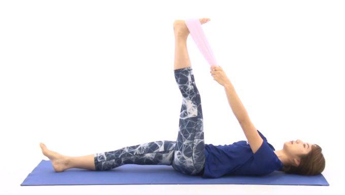 脚の血行改善に効果が期待できるタオルを使った簡単「太もも裏のストレッチ」を行っているところ