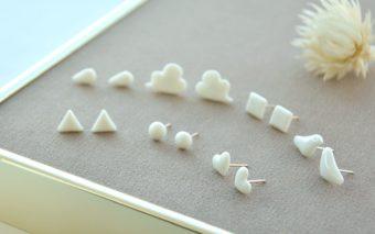 つややかなミルク色。ほろりと優しい「HatoKumo」の白磁のピアス