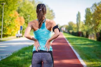 タオルを使って簡単。脚の血行改善に効果が期待できる「太もも裏のストレッチ」