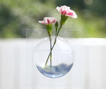 まるで花が宙に浮かんでいるよう。窓ガラスや鏡に貼って使うフラワーベース「Kaki」