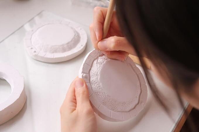 ガラス作家・今井茉里絵さんのパート・ド・ヴェール作品、ガラスのお皿制作工程1