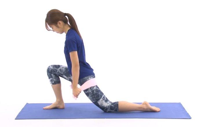 姿勢と腰痛改善に期待できる「ももの付け根のストレッチ」を行っているところ