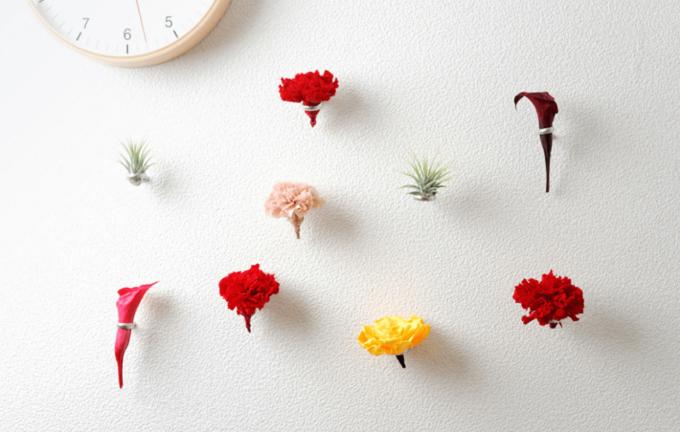 壁面に手軽に花を飾れる「naft」のおしゃれなフラワーリング使用例