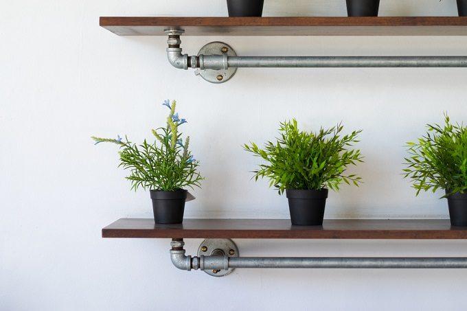 DIY初心者にもおすすめのおしゃれな手作り棚に置かれた植物