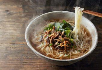 心も身体も優しく温めるヘルシーな「養々麺」。その誕生秘話と美味しい食べ方に注目