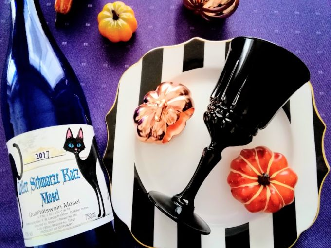 黒猫ラベルのワインとテーブルコーディネートの写真
