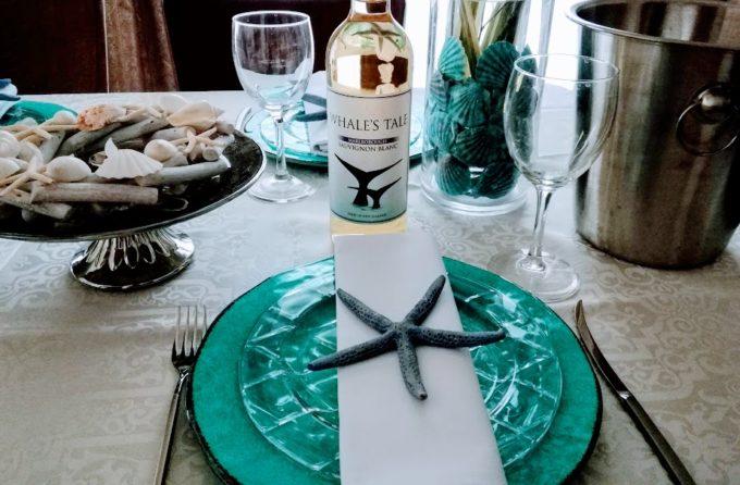 クジラのラベルワインとテーブルコーディネートの写真1