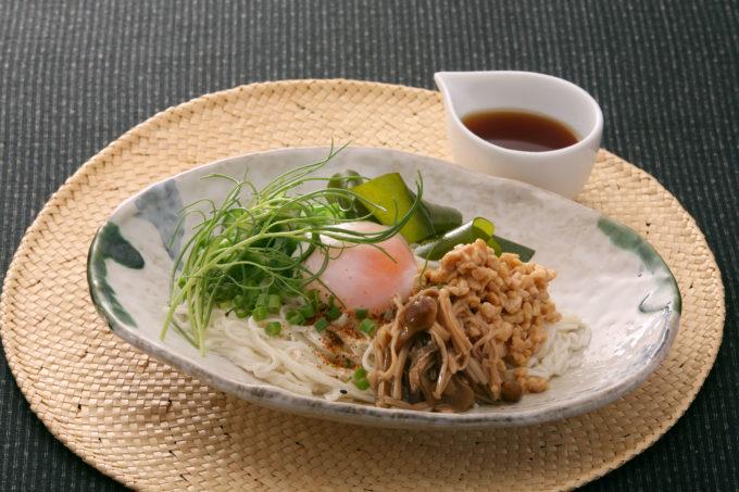 冷やし素麺にアレンジしあ雲仙きのこ本舗の「養々麺」