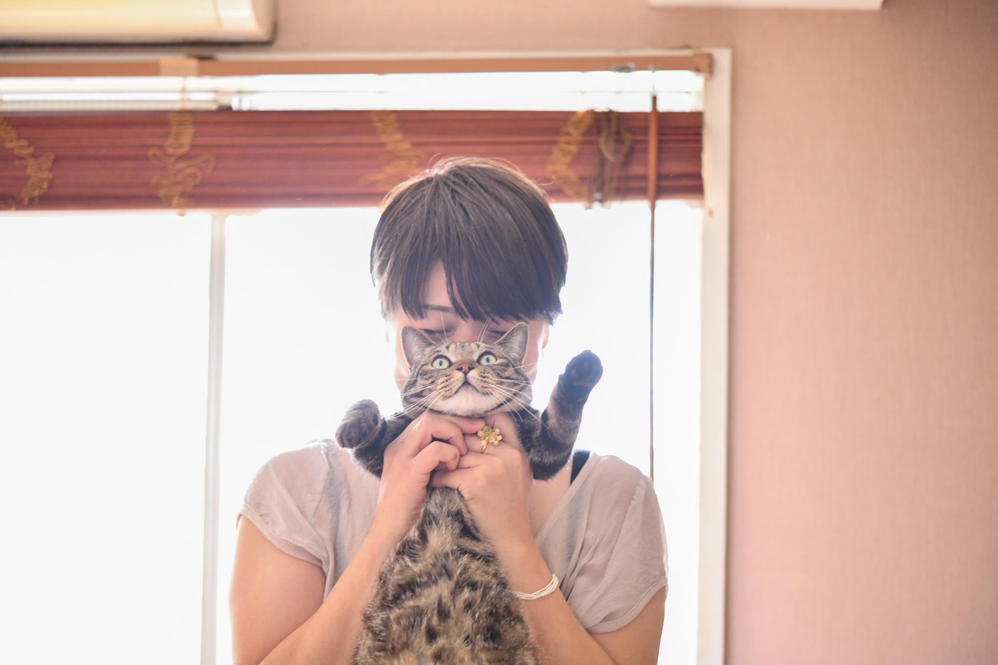 料理家・坂田阿希子さんが猫を抱いているところ
