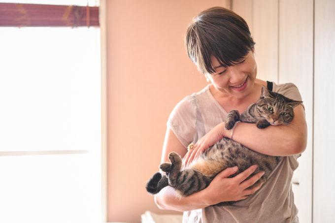 料理家・坂田阿希子さんが愛猫を抱く様子