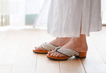 室内履きに新提案。開放的な履き心地がくせになる「REGALERIA」の「ルーム下駄」