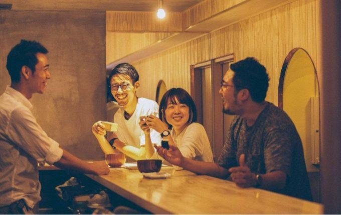 日本橋本町のおむすびをメインとした食と情報の発信基地andonの店内でお客さんが談笑する写真