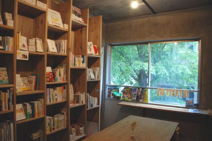 日本橋本町のおむすびをメインとした食と情報の発信基地andonの店内、本棚の写真