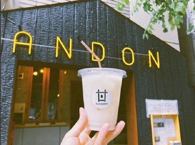 日本橋本町のおむすびをメインとした食と情報の発信基地andonの店舗と甘酒の写真