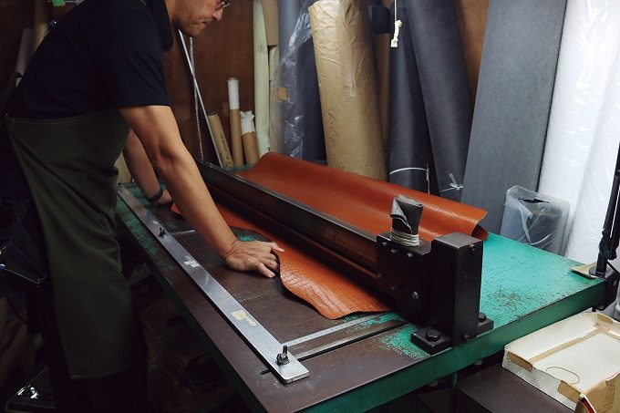 長野県安曇野市の精密機器メーカー南安精工<なんあせいこう>」の職人が作業しているところ