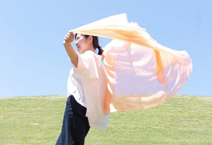 薄くて軽く、柔らかい福田織物の「光透けるストール」を羽織っているところ