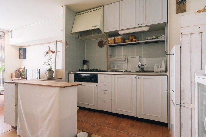 DIYとヴィンテージ小物で作るおしゃれな北欧風インテリア実例、収納棚