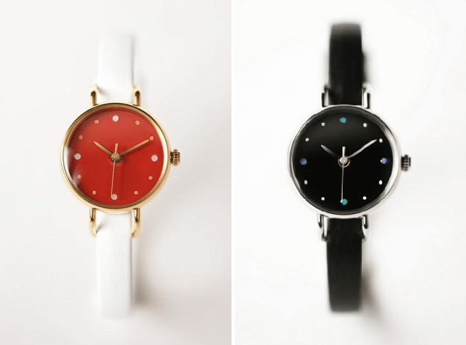 和紙や漆、岩絵具などを文字盤に使用した「はなもっこ」の赤と黒の腕時計、漆のシリーズ