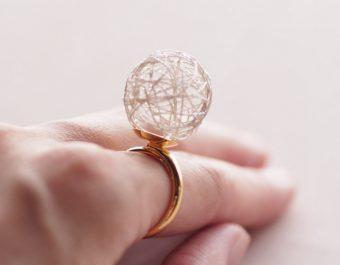 空気を包んだ糸玉が印象的。「ひらり the airy jewelry」の繊細なアクセサリー