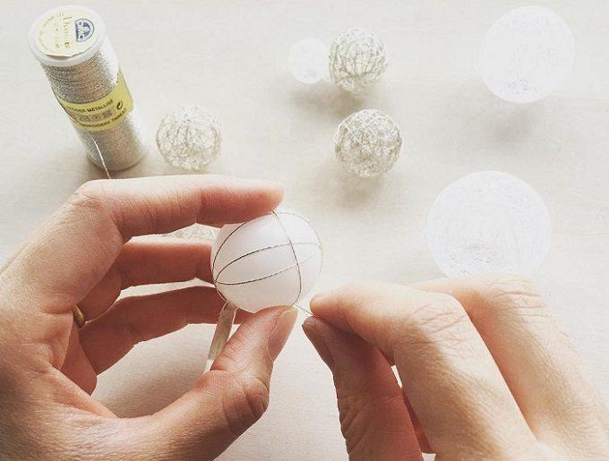 ひらり the airy jewelry」の繊細な糸玉のアクセサリーを制作しているところ