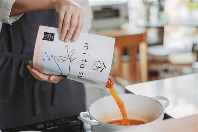化学調味料や保存料不使用、「mitasu(ミタス)」のおすすめレトルト食品を使って調理しているところ