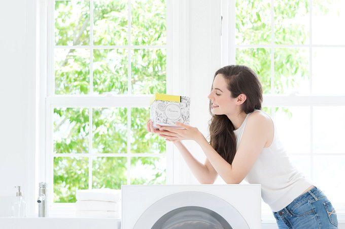手洗い不要のおすすめつけ置き洗剤「Rinenna(リネンナ)」を女性が持っているところ